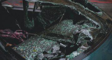 Czołowe zderzenie z ciężarówką. Jedna osoba nie żyje