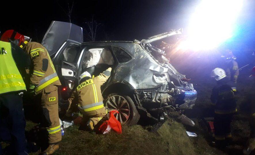 Dachowanie Bentleya. Kierowca wypadł z pojazdu