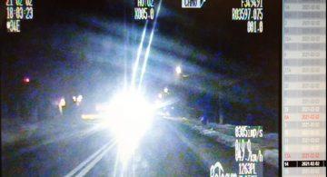 Kierowca migający długimi światłami został ukarany mandatem - dlaczego?