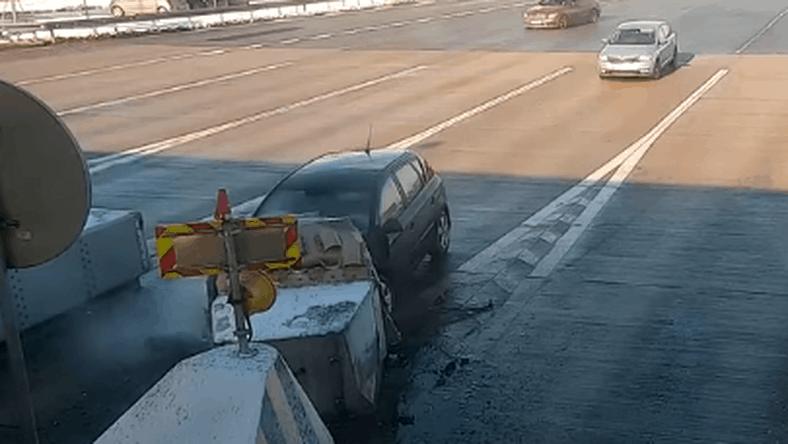 Autostrada A1. Samochód wjechał w zapory przed bramkami i uciekł