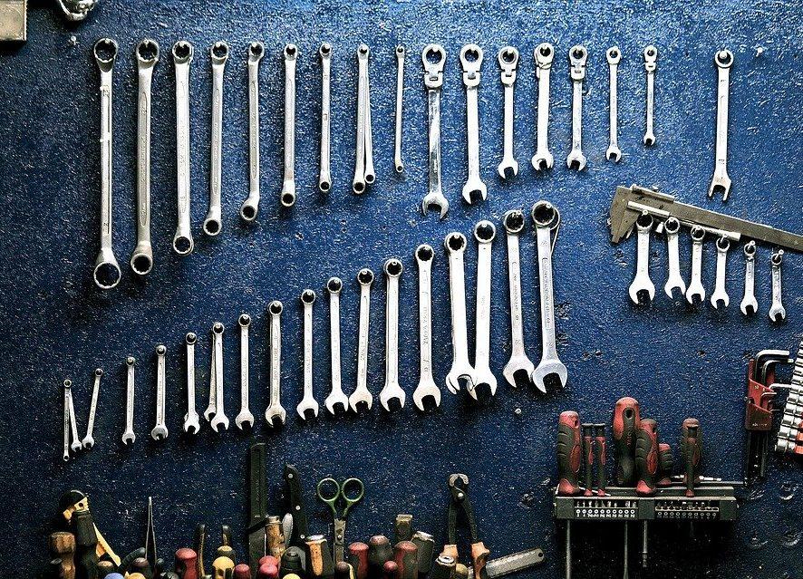 W czym przechowywać części i narzędzia warsztatowe?